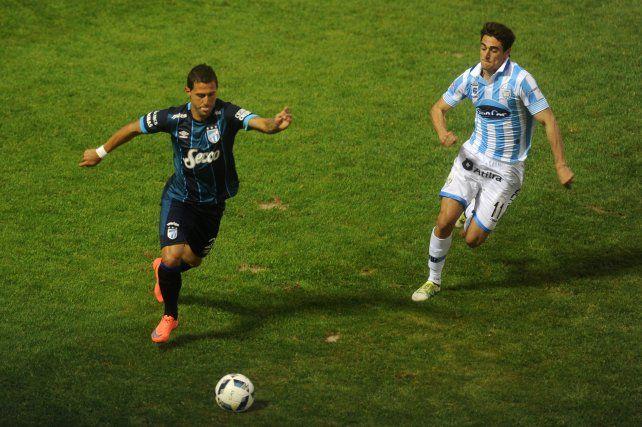 Bruno Bianchi maniobra ante Albertengo de Atlético Rafaela.