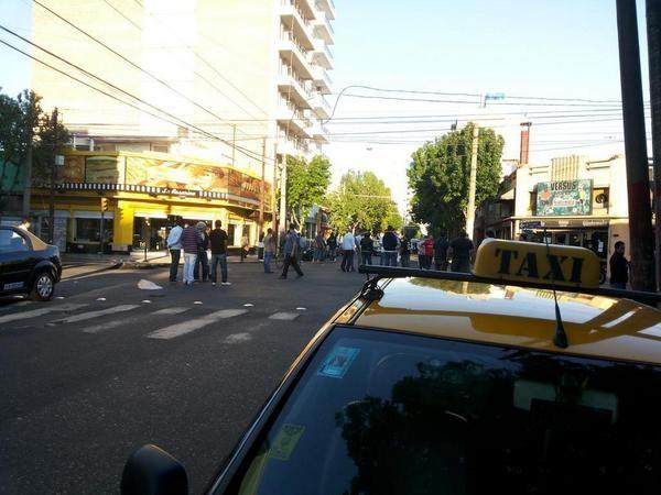 Mendoza al 2600. Los taxistas permanecen en el lugar. Ahora