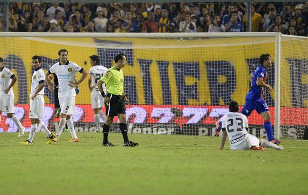 Momento crítico. Los futbolistas de Central se lamentan por el gol que acaba de convertir Pablo Vitti. El Canalla intentó sostener el resultado
