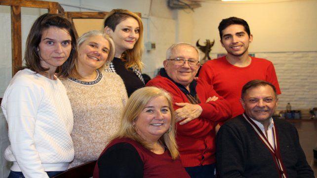 Equipo. Campos (centro) junto al elenco de su nueva pieza.