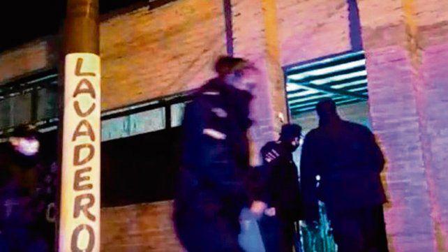 operativo. La policía interrumpió la fiesta organizada en un garaje.