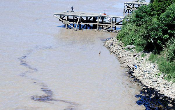 Suciedad. Aparecen residuos hasta en los sectores más recónditos de la isla y la costa.