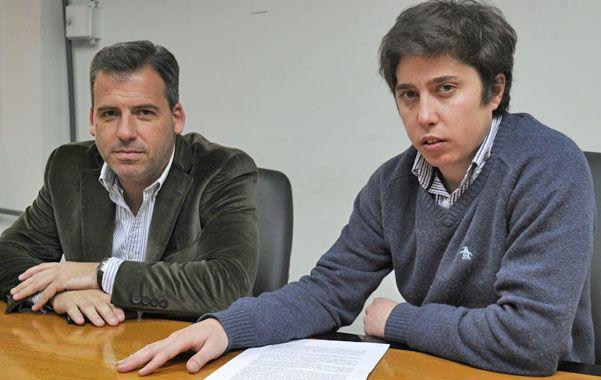 Angustia. Vicente (derecha) junto a su abogado