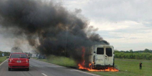 Una Trafic se incendió y fue devorada por el fuego en la autopista a Córdoba