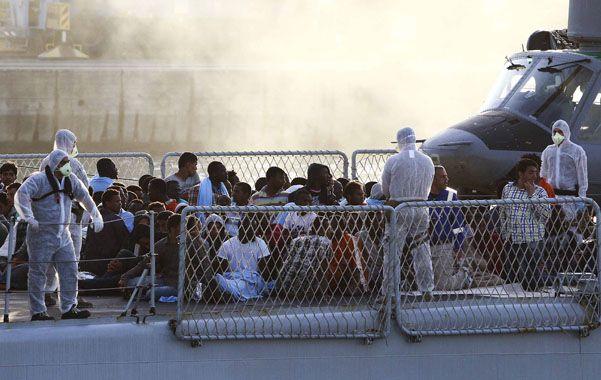 Asistencia. Africanos rescatados frente a las costas de Lampedusa. Unos doscientos continúan desaparecidos.