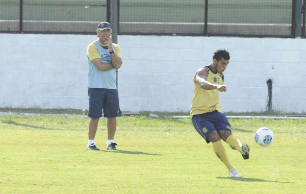 ¿Qué hacer? El DT canalla observa los  movimientos de Delgado en la práctica.