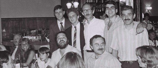 Un Lifschitz de bigotes junto a sus compañeros del PSP. En el extremo izquierdo, Guillermo Estévez Boero, y primero parado, Hermes Binner.