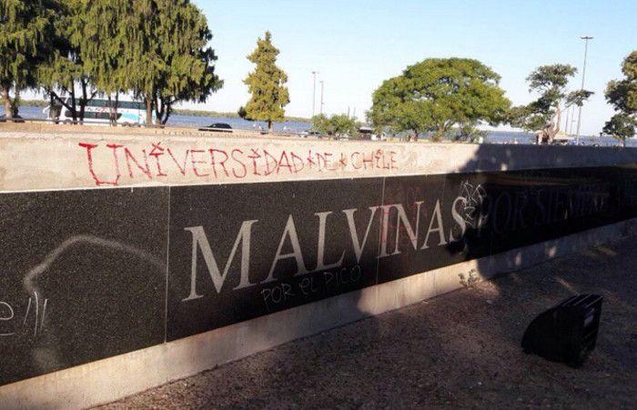 Los hinchas chilenos pintaron el memorial de los héroes de la Guerra de Malvinas.