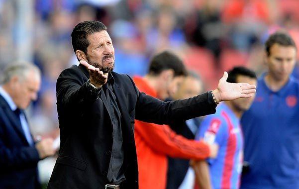 Desazón. Simeone se lamenta durante el partido que perdió con Levante.