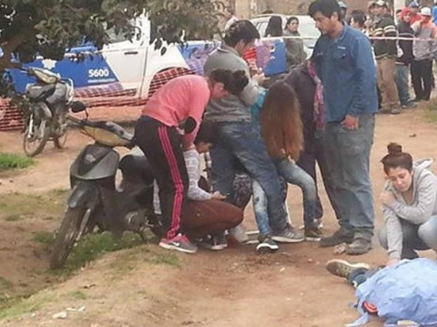 Sin vida. Familiares de Enrique Ibáñez rodean el cadáver que quedó tendido en la calle que separa Baigorria de Bermúdez.
