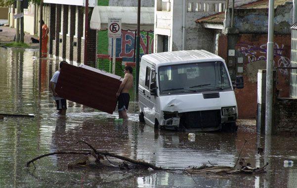 Inusual. Una calle céntrica de Madryn muestra los efectos del temporal.
