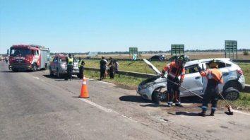 Así quedó el Chevrolet Onix tras el vuelco en la autopista a Córdoba.