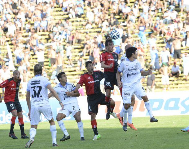 El Gringo Heinze metió un gol en contra que significó el empate entre Newells y Belgrano. (Foto: S. Suárez Meccia)