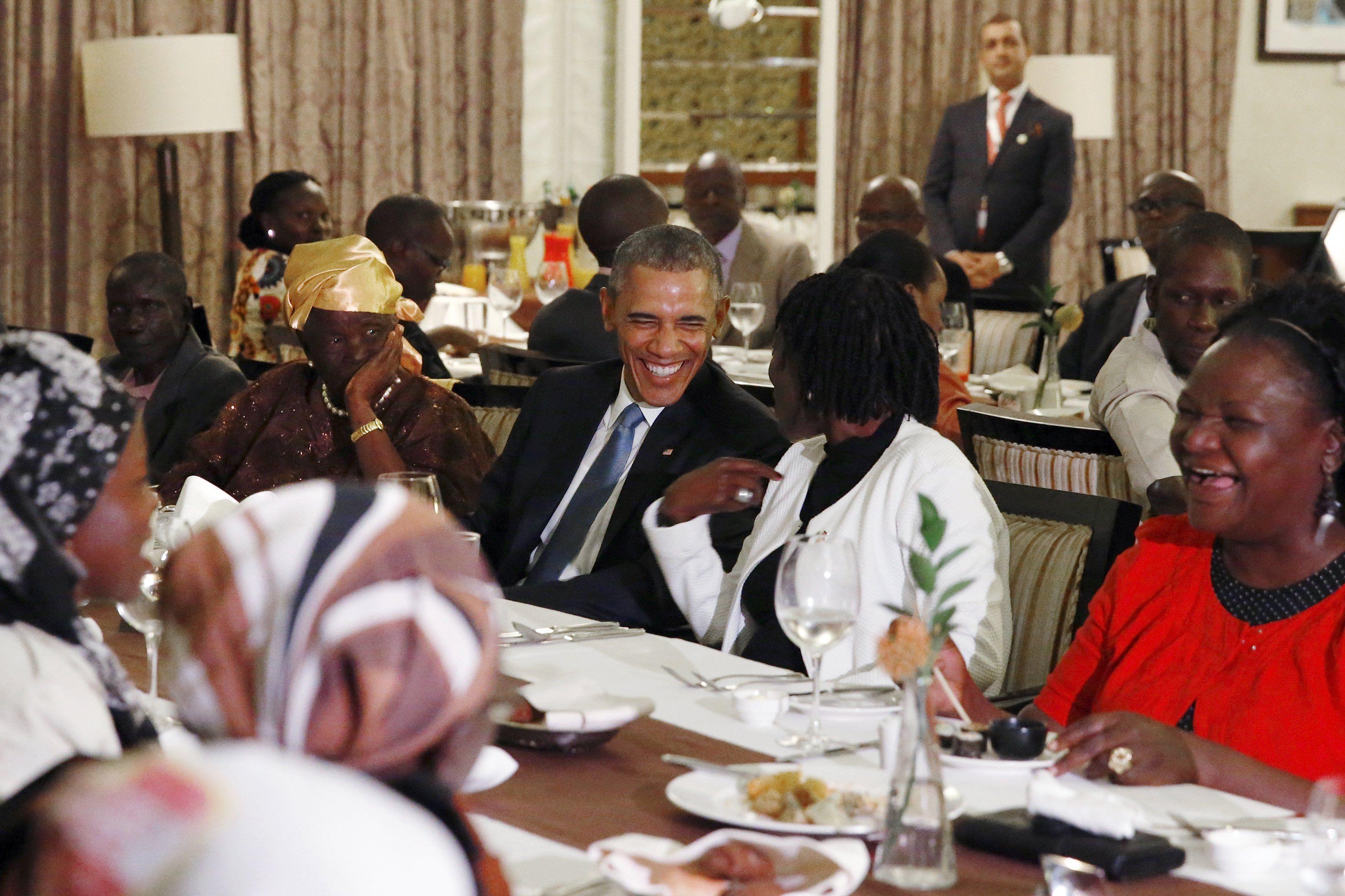 En familia. El mandatario de EEUU ofreció una cena para sus parientes en el hotel donde se aloja en Nairobi.