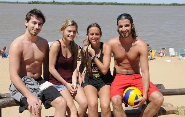 Junto al río. Las dos parejas canadienses disfrutaron de la costa.