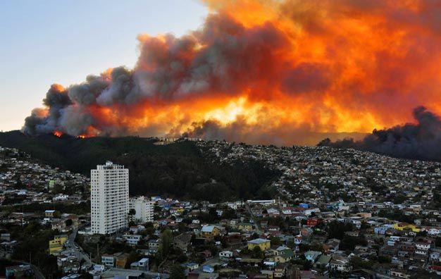 Impactante. Las llamas devoran los bosques que cubren seis cerros contiguos a la ciudad chilena de Valparaíso.