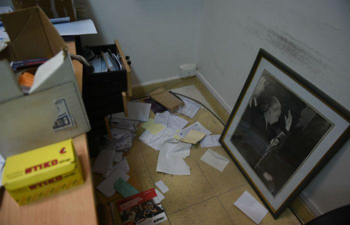 Una de las oficinas de ATE con las huellas que dejaron los delincuentes. (Foto La Capital: Celina M. Lovera)