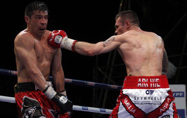 El inglés Martin Murray mete un jab de izquierda que Maravilla intenta eludir. La pelea frontal fue la característica que más favoreció a la estrategia del retador.