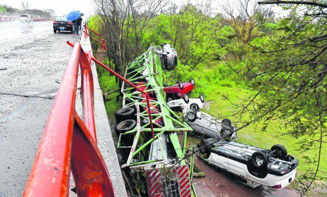 barranca abajo. Tanto el camión como los vehículos que transportaba  quedaron desparramados en el suelo