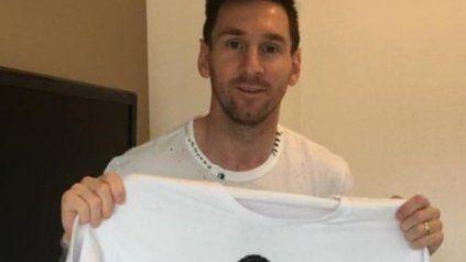 Dos colores. Messi con la remera que lleva los dos clubes de su vida: Barcelona y Newells.