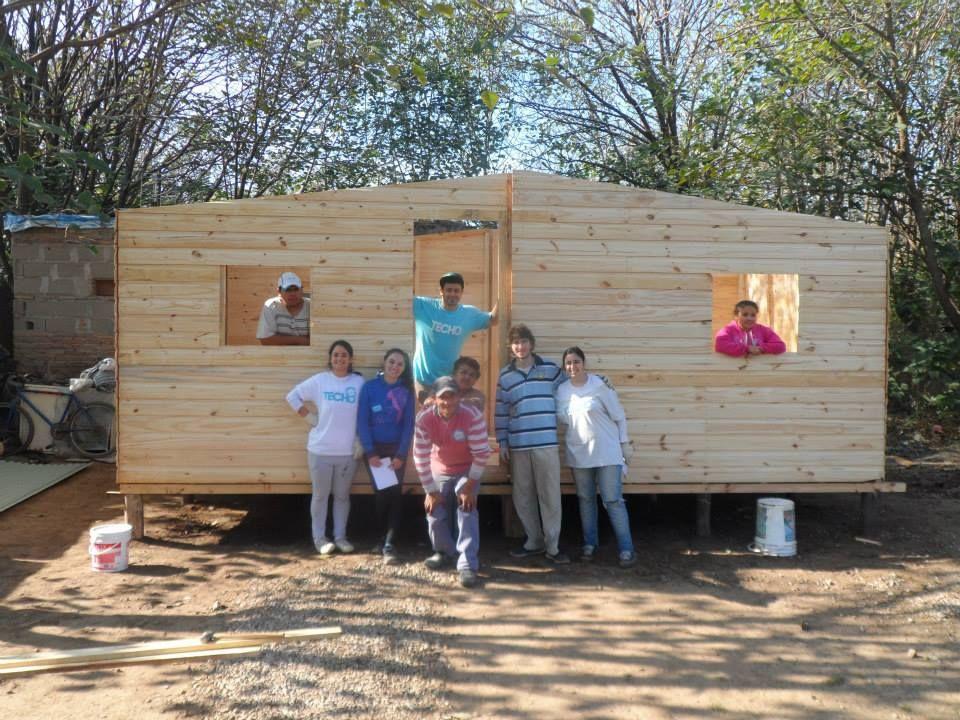 Trabajo. La organización levanta este tipo de viviendas para familias necesitadas. En Rosario ya realizaron 498 casas.