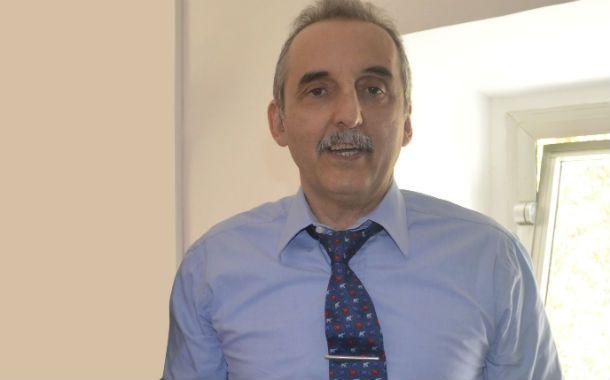 El ex secretario de Comercio Interior y el obsequio realizado por el artesano rosarino.