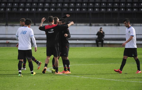 Festejo. Tevez anotó el gol que le dio el triunfo a la Lepra ante los chilenos. El equipo principal también había vencido a Rafaela (2-1).