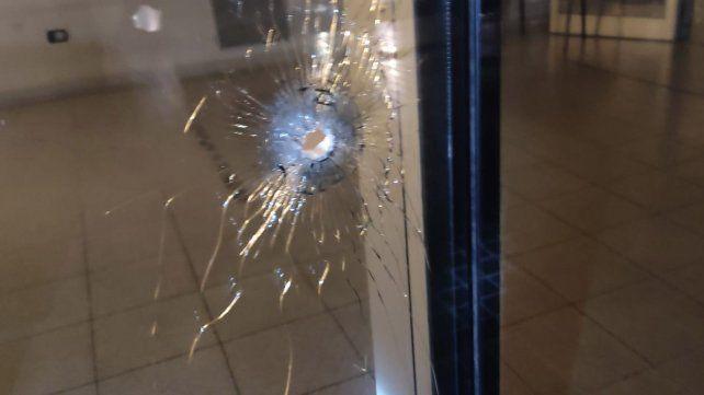 Uno de los impactos de la balacera de anoche contra el Centro de Justicia Penal.