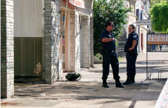 Dos policías custodian el lugar donde cayó muerta la mujer en Luján. (Foto gentileza El Civismo)