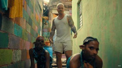 Indignante. Balvin lleva a dos mujeres afrodescendientes amarradas con cadenas del cuello y arrastrándose por el piso como animales o esclavas.