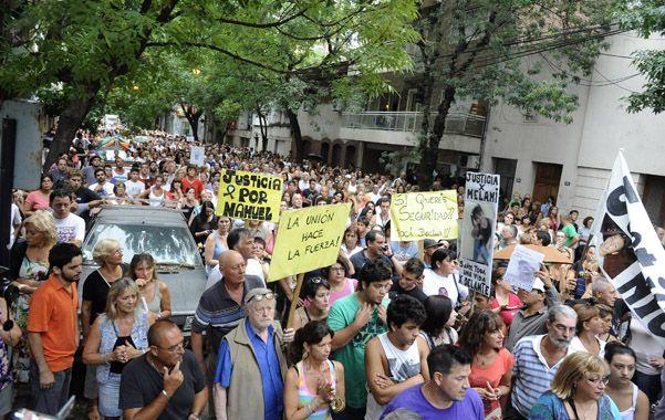 Bronca y dolor. Medio centenar de vecinos de distintos barrios se manifestaron ayer a la tarde en Juan M. de Rosas al 1300.