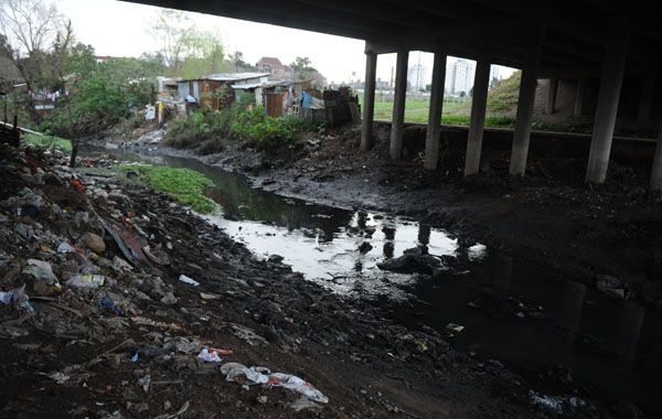 La acumulación de basura y el socavamiento de las barrancas son algunos de los problemas que amenazan a las familias de El Mangrullo.