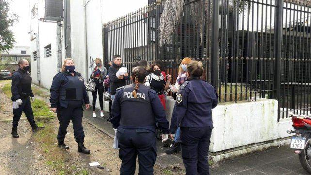 Una fiesta clandestina terminó con unos 60 jóvenes detenidos en la ciudad de La Plata.