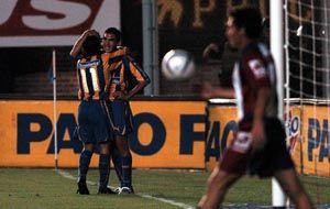Pablo Vitti festeja el segundo de sus tantos en la última victoria canalla en el Bajo Flores.
