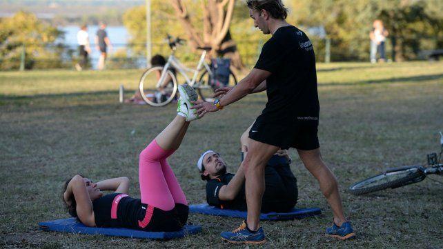 Descartan la idea de cobrar una tasa a personal trainers que den clases en los parques