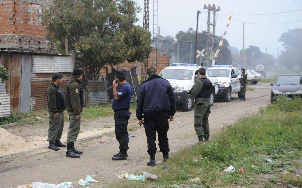 Escenario. Policías y gendarmes trabajaron juntos ayer en el humilde barrio que se levanta junto a la vía. (Foto: S. Toriggino)