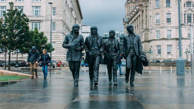 Estatua de bronce de los cuatro Beatles ubicada en Liverpool creada por el escultor Andy Edwards en el 2015.