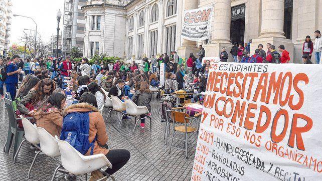 Reclamo. Una de las protestas que realizaron estudiantes de medicina reclamando la apertura del comedor universitario.