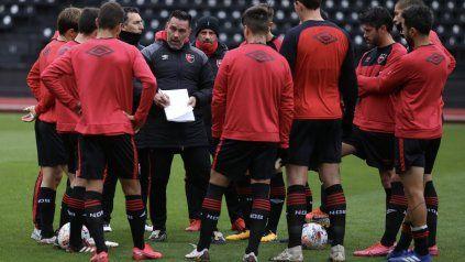 Charla táctica. Gamboa dialoga con los jugadores y les explica el plan de juego.