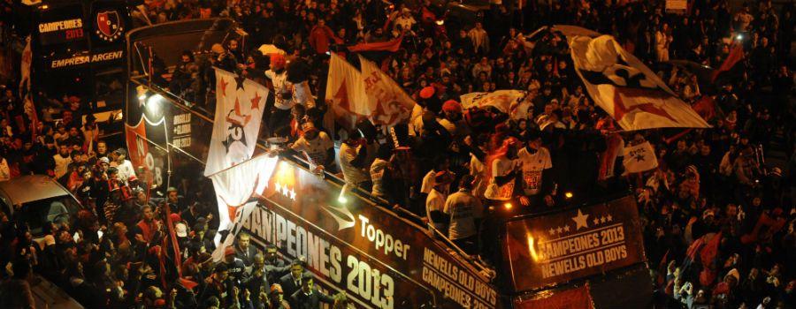 Los jugadores coparon las calles de la ciudad a bordo del Leprabus para celebrar