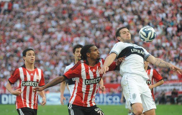El partido entre el Lobo y el Pincha fue chato y con pocas ocasiones de gol.