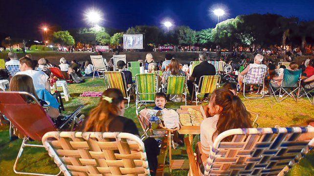 Bajo las estrellas. Las familias concurrieron a ver la película desde distintos barrios de la ciudad.