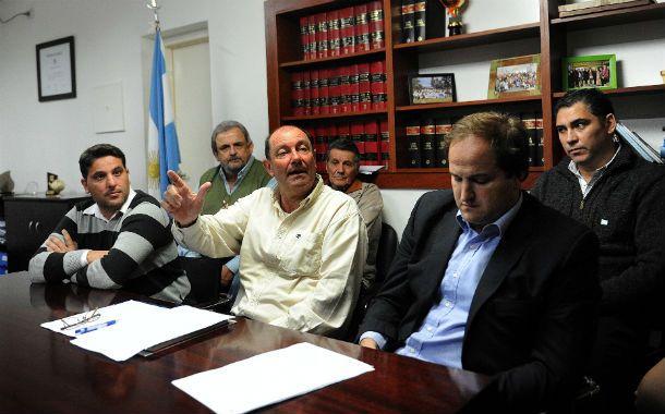 El intendente (centro) se deslindó de todo tipo de relación con Delfín Zacarías y las correspondientes habilitaciones de las chapas.