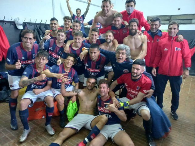 Festejo en Gerli. El plantel de Central Córdoba celebra el segundo triunfo al hilo y quedó a tres puntos de la cima del Clausura.