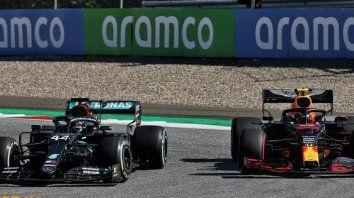 La polémica I. Hamilton por adentro y Albon por afuera de la curva 4. Se nota que el inglés lleva gomas duras y el tailandés, blandas. Parece que hay espacio pero no.