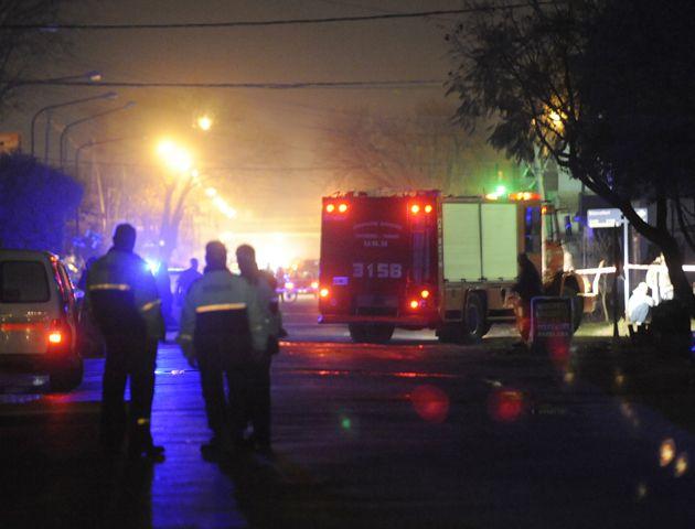 En Rivarola al 6800 anoche confluyeron policías y bomberos. Hubo que evacuar a unos 100 vecinos. (Foto: M. Bustamante)