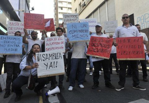 reclamo. Los obreros se manifestaron ayer frente al Ministerio de Trabajo.