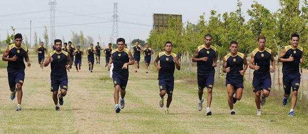 Pelotón. Por la mañana el grupo realizó una rutina física en el country de Arroyo Seco. Al mediodía la delegación de 28 futbolistas emprendió el viaje al predio de la AFA en Ezeiza.