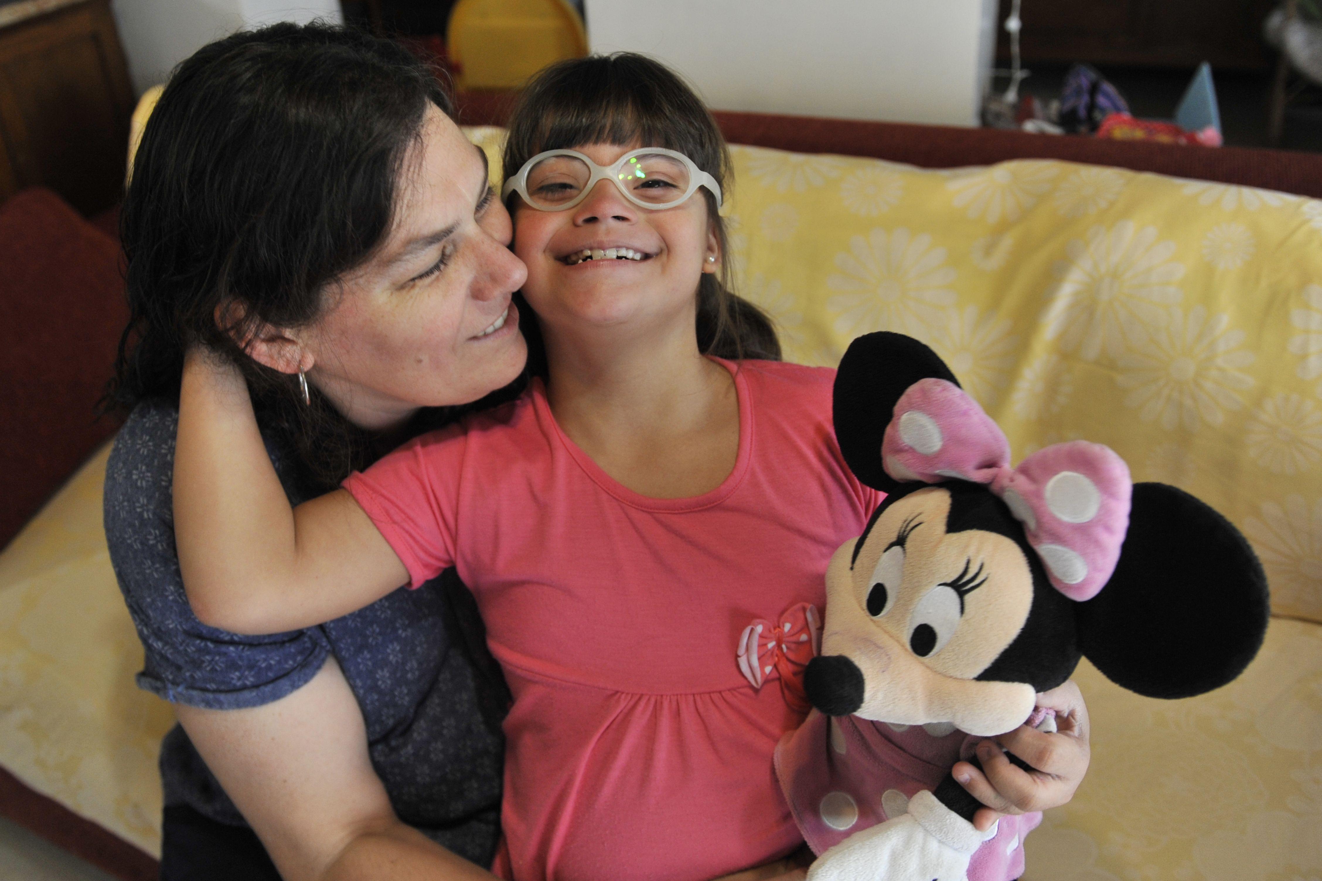 Cristina Milito y su hija Ana Paula. Milito llevó el reclamo a la Defensoría del Pueblo y al fuero federal. (Virginia Benedetto / La Capital)