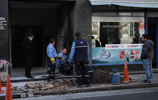 Una cuadrilla de la EPE trabajaba esta mañana en la vereda. Los daños en la puerta fueron importantes. (Foto: A. Celoria)